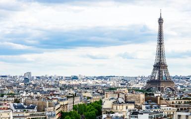 凱旋門から眺めるエッフェル塔とパリ市内