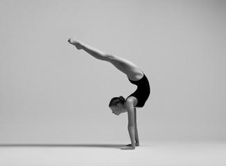 Piękny elastyczny blondynki dziewczyny pozować. Gimnastyka. - 276669045
