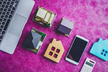 住宅模型とパソコン