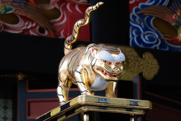 三峯神社 金の像