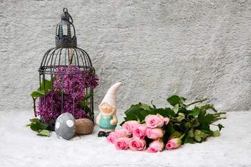 Dekoration mit Vogelkäfig, Zwerg und Pilz, sowie rosa Rosen