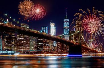 Tuinposter Brooklyn Bridge Brooklyn Bridge at dusk in New York City Colorful and vibrant fireworks