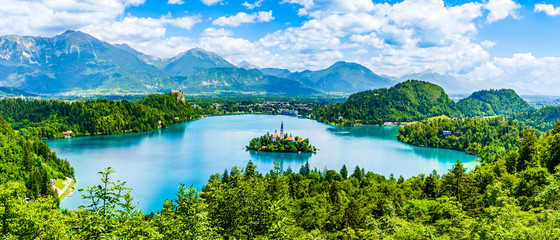 Beautiful landscape of Lake Bled the church island in the middle and the castle in the background of white clouded sky from Ojstrica viewpoint in Bled, Slovenia Fototapete