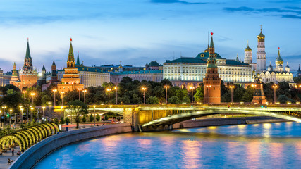 Fototapete - Moscow Kremlin by Moskva River at night, Russia. Panorama of the famous Moscow city center in summer evening. Ancient Kremlin is a top landmark of Moscow. Beautiful scenic view of old Moscow at dusk.