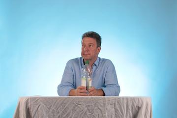 Mann mit Trinkwasser