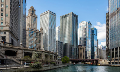 Chicago city skyscrapers on the river canal, blue sky background Fotomurales