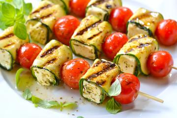 Vegetarisch grillen: Bunte marinierte Feta-Spieße mit Zucchini, Kirschtomaten  und Kräutern - Grilled marinated feta skewers with Greek cheese, courgette, cherry tomatoes and herbs