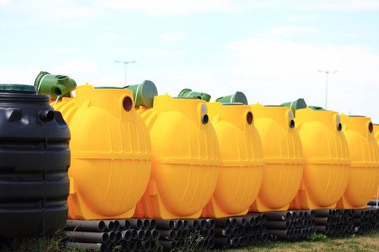 Żółte zbiorniki na ścieki w przedsiębiorstwie kanalizacyjny.