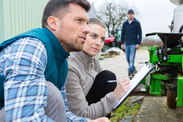 portrait of mechanics assessing agricultural equipment Fototapete