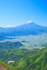 乾徳山から望む富士山と甲府盆地 山梨県 山梨市