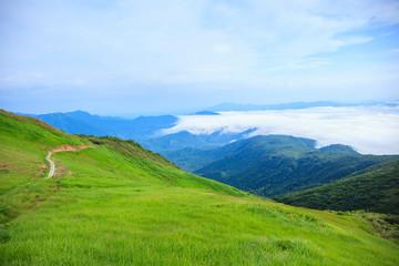 夏の浅草岳から望む滝雲 新潟県魚沼市