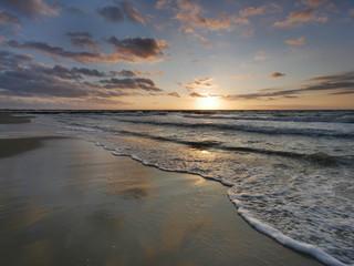 Morze zachód słońca - fale i plaża