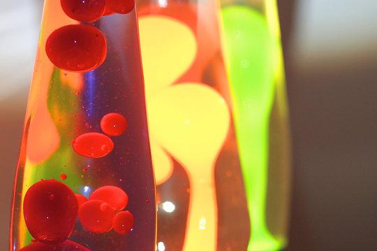 Verschiedene Lava Lampen neben und hintereinander