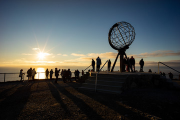 Touristen zur Mitternachtssonne am Nordkap Wall mural