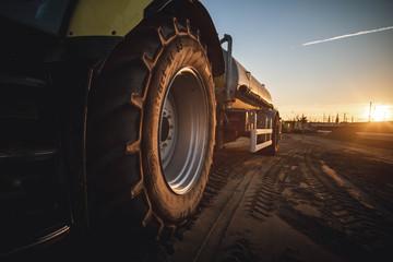 Traktor bei Sonnenuntergang auf Baustelle