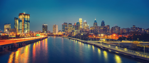 Fotomurales - Panoramic picture of Philadelphia skyline and Schuylkill river at night, PA, USA.