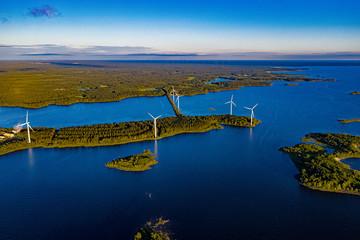 Windräder an Finnlands Westküste aus der Luft