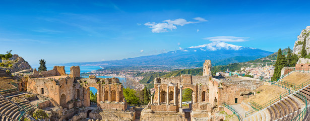 Ancient Greek theatre in Taormina on background of Etna Volcano, Italy Fototapete
