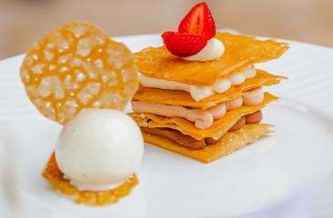 dessert feuilleté et boule de glace