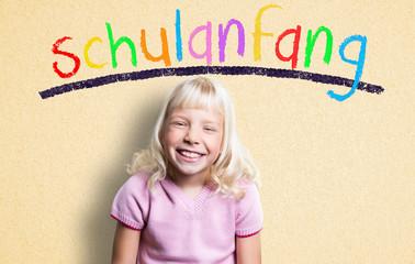 lachendes Mädchen vor Wand mit dem farbigen Wort