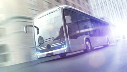Elektrischer Bus fährt schnell durch eine Stadt