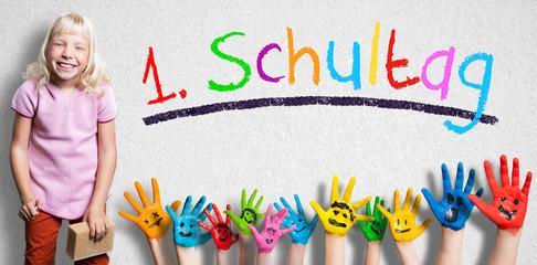 """viele angemalte Kinderhände mit Smileys vor Wand mit dem Wort """"1. Schultag"""""""