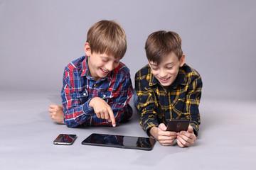 Jungs mit Tablet und Smartphones
