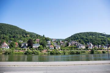 blick auf die gebäude und die natürlich bepflanzten hügel in der Nähe von Heidelberg...