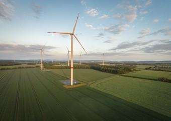 Windkraftanlagen eingebettet in Getreidefelder