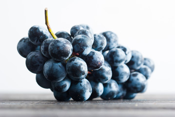 red grape on black wooden table Fototapete