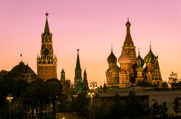 Fototapete - Moscow Kremlin and St Basil`s Cathedral at dusk, Russia. This place is a top tourist attraction of Moscow. Evening view of the Moscow landmarks in summer. Panorama of the Moscow city center at sunset.
