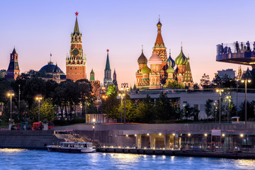 Fototapete - Moscow Kremlin and St Basil`s Cathedral at night, Russia. Zaryadye Park on embankment of Moskva River. Beautiful panorama of the Moscow city center at dusk. Evening view of the Moscow landmarks.