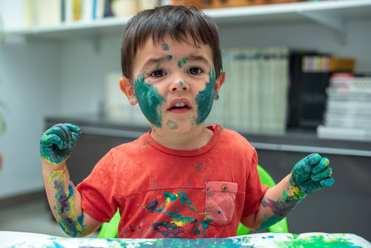 Niño con la  cara llena de pintura 07