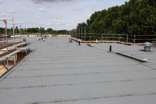 Waterproofing flat roof with bitumen sealing membranes