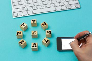 Digitalisierung, digitale Signatur im globalisierten Markt. Würfel mit Symbolen zur digitalen Signatur.