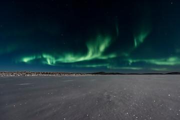 Fotobehang Noorderlicht ooking across a frozen lake to the northern lights