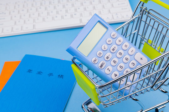 国民年金イメージ 年金手帳 電卓 ショッピングカート キーボード
