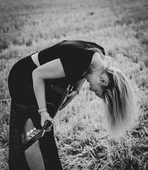 Headbanging - junge Frau mit  langen, blonden Haaren und  Gitarre tobt sich aus