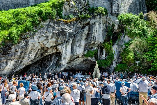 Heilige Lourdes Grotte in Lourdes Frankreich Europa