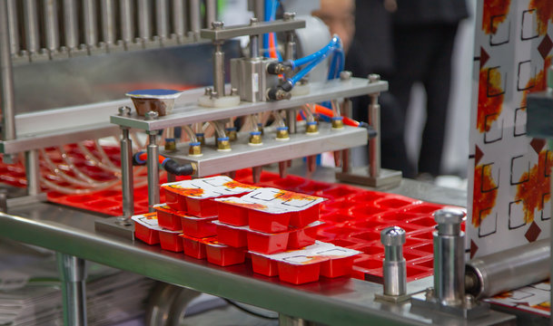 Process of automatic sauce cups filling and sealing machine in food industry