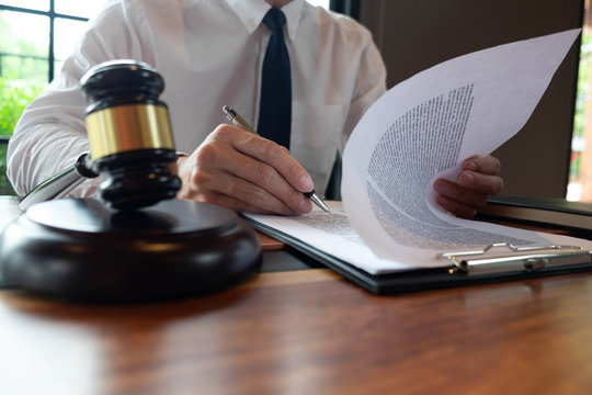 Consultation of lawyers in doing business or judging cases according to justice