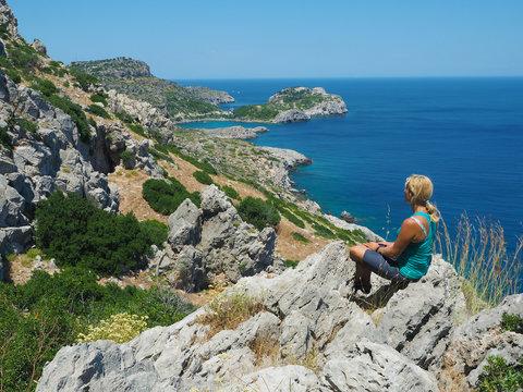 Wandern auf Rhodos - Frau genießt den Ausblick