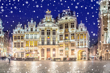Foto op Plexiglas Brussel Grand Place in Brussels on a snowy winter night, Belgium