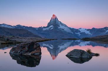 Fotomurales - The famous Matterhorn reflected in the Stellisee during a pink dawn. Zermatt, Switzerland.