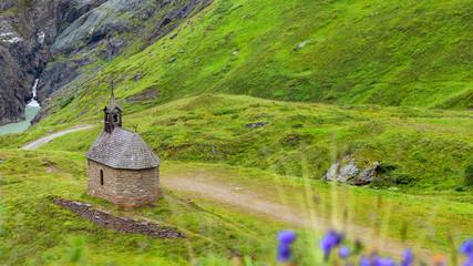 Landschaft mit Kapelle unterhalb des Großglockner und der pasterze, Österreich