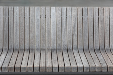 Sitz- und Rückenteil einer hölzernen Bank