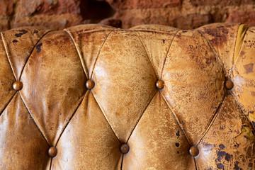 Detalle de sofá chester en color marrón viejo y desgastado Fotomurales