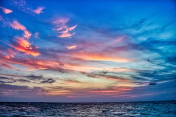 Dieses einzigartige Bild zeigt den gigantischen Sonnenuntergang auf den Malediven. eineinzig artiges Farbschauspiel wie der Himmel sich Orange färbt