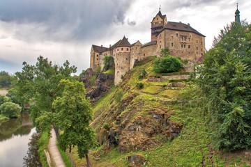 Burg Elbogen mit Fluss Elbe in Loket