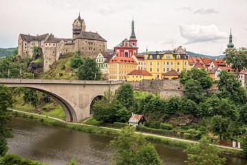 Kettenbrücke in Loket mit Burg Elbogen